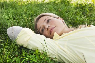 Deutschland, Köln, Frau liegend im Gras
