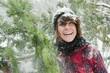 Österreich, Land Salzburg, Flachau, Junge Frau mit Weihnachtsbaum