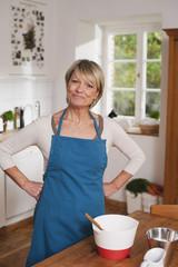 Deutschland, Kratzeburg, erwachsene Frau bereitet Essen zu