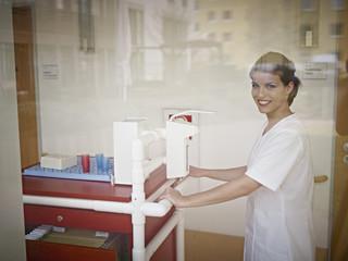Deutschland, Köln, Hausmeister mit Medizinwagen im Pflegeheim