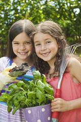 Deutschland, Bayern, Schwestern macht Gartenarbeit im Garten, Lächeln