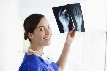 Deutschland, bin Bayern, Diessen am Ammersee, jungem Arzt mit Röntgenbild