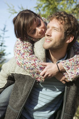 Junges Paar, Frau umarmt Mann