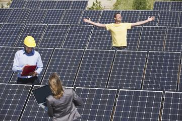 Deutschland, München, Ingenieur mit Mann und Frau in der Solar-Anlage