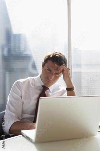 Geschäftsmann mit einem Laptop, Konzentration