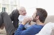 Deutschland, Bayern, München, Vater und Baby , die Spaß auf dem Sofa