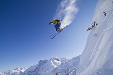Österreich, Arlberg, Warth, Mann mittleren Alters Skifahren