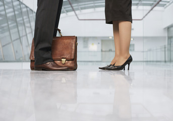 Geschäftsleute stehen auf glänzenden Boden