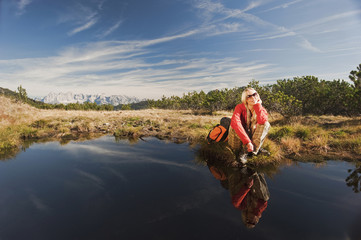 Österreich, Salzburger Land, Frau entspannt am See