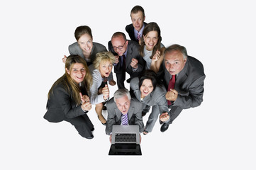 Geschäftsleute mit Laptop vor weißem Hintergrund