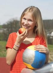 Österreich, Teenager-Mädchen mit Apfel und Fußball