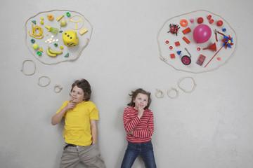 Mädchen und Jungen mit Gedankenblase