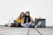 Deutschland, Bayern, München, Junges Paar mit Einkaufstasche