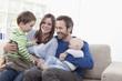 Deutschland, Bayern, München, Familie Spaß im Wohnzimmer