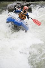 Österreich, Salzburger Land, Junges Paar Rudern Kajak im Fluss Lammer
