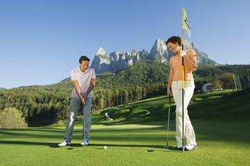 Italien, Kastelruth, Golfer spielen Golf auf dem Golfplatz