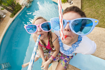 Spanien, Mallorca, Paar spielend am Schwimmbad