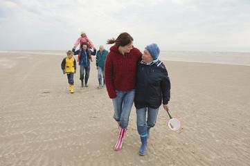 Deutschland, St. Peter-Ording, Nordsee, Familie zu Fuß am Strand