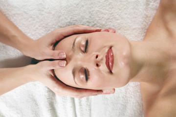 Junge Frau empfangen Gesichtsmassage, Augen geschlossen