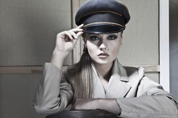 Nahaufnahme der jungen Polizistin