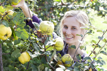 Deutschland, Sachsen, Junge Frau in der Farm