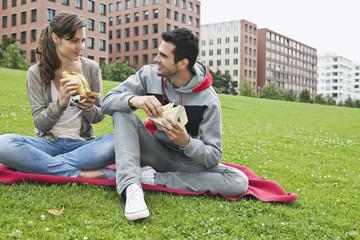 Deutschland, Berlin, Paar, essen im Park
