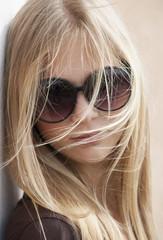 Österreich, Teenager-Mädchen mit Sonnenbrille, close up