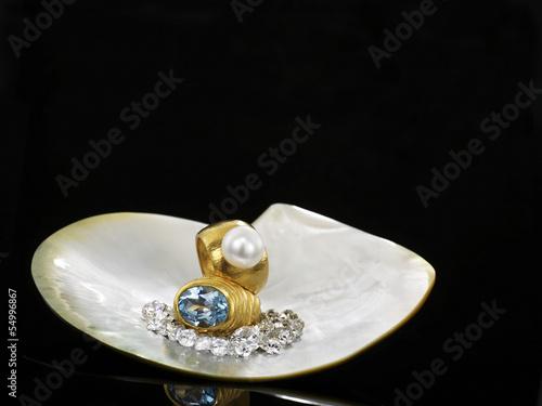 Diamanten und Ringe in einer Muschelschale