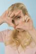 Blonde Frau gestikuliert