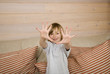 Junge zeigt zehn Fingern in Richtung Kamera