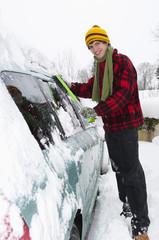 Österreich, Junger Mannbefreit Auto von Schnee