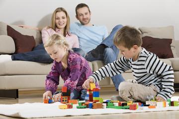 Familie zu Hause, Kinder mit Bauklötzen
