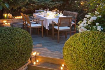 Deutschland, Baden-Württemberg, Stuttgart, Eleganter Tisch auf Terrasse