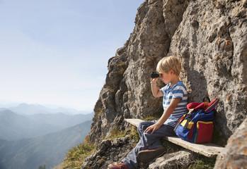 Deutschland, Bayern, Junge schaut durch Fernglas