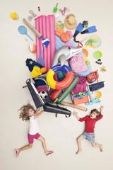 Deutschland, Szene mit Kindern beim Öffnen von Gepäck