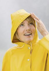 Frau im gelben regen Mantel suchen und