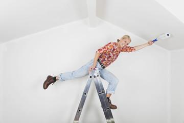 Frau fällt während Renovierung von Leiter