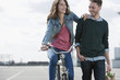 Deutschland, Berlin, Junges Paar mit Fahrrad