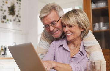 Deutschland, Kratzeburg, älteres Paar, Senioren mit Laptop
