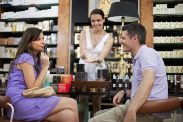 Kroatien, Zagreb, Verkäuferin zeigt Parfüm-Flasche