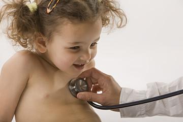 Arzt untersucht Mädchen mit Stethoskop