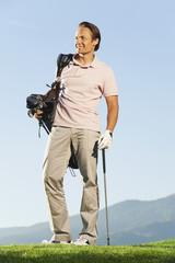 Italien, Kastelruth, Mann mit Golfbag auf Golfplatz
