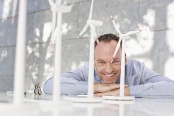 Deutschland, Leipzig, Geschäftsmann mit Windkraft Modell