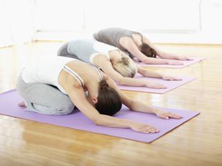 Deutschland, Hamburg, Yoga-Lehrer und Schüler machen Übungen