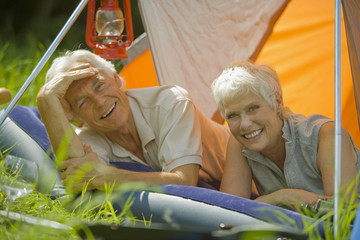 älteres Paar, Senioren, Entspannung im Zelt