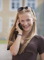 Österreich, Teenager-Mädchen mit Handy