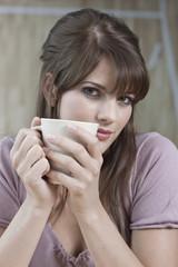 Deutschland, Köln, Junge Frau, die Tasse Kaffee