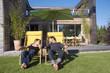 Paar Sonnenbaden auf Liegestühlen