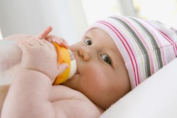 Baby trinkt Milch aus der Flasche