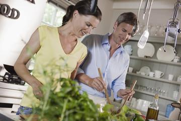 Deutschland, Hamburg, Paar, Zubereitung von Speisen in der Küche